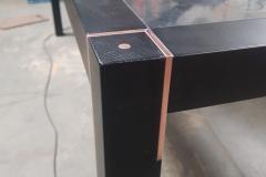 koper sierdelen in houten tafel